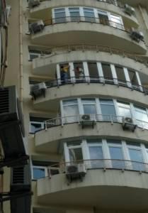 В процесе монтажа балкона